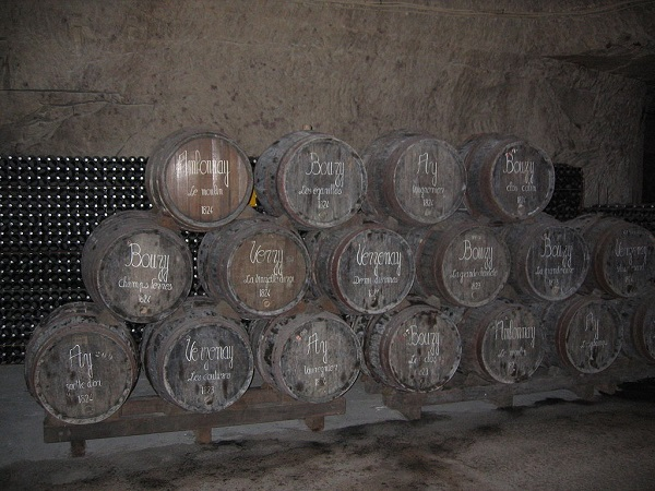 1024px-Barrels_in_Veuve_Clicquot_cellars