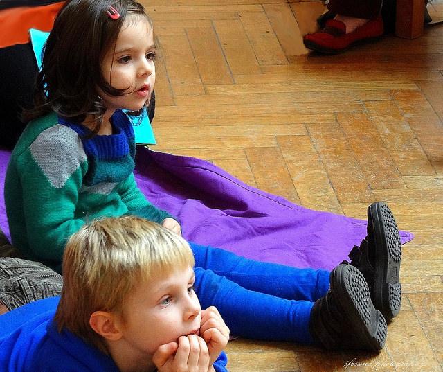 дети на полу