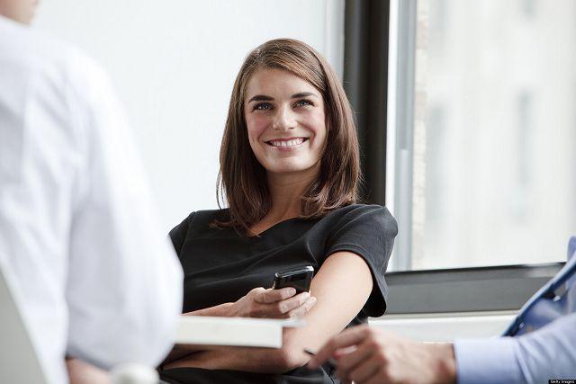 Женщина улыбается на работе