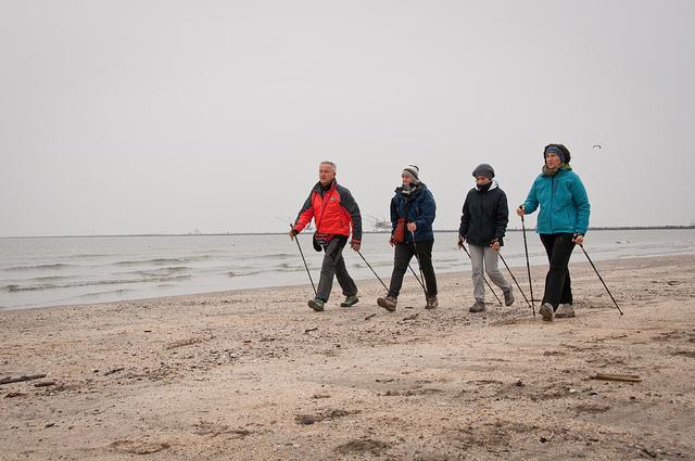 скандинавская ходьба по пляжу