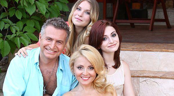 Муж с женой и двумя дочками