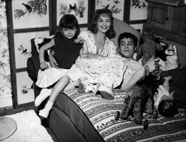 МАма с детьми на кровати