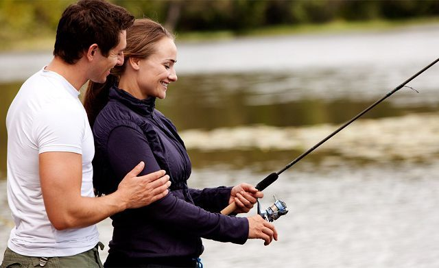 Жена рыбачит с мужем