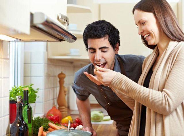 Муж с женой на кухне