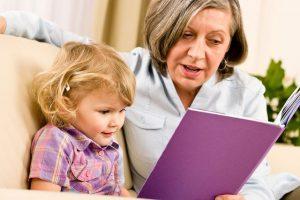Бабушка читает сказку