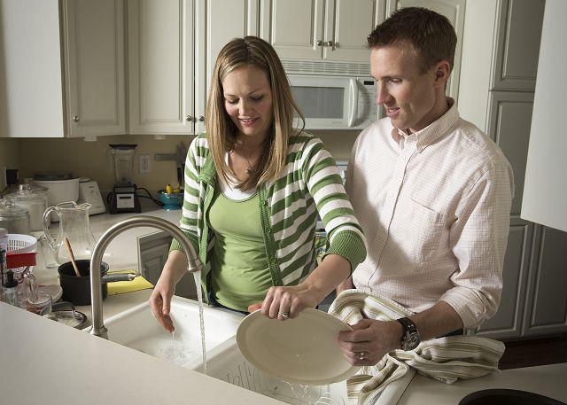 Вместе мыть посуду