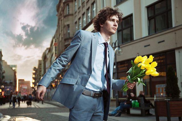Мужчина идет с цветами