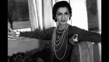 Коко Шанель в фирменном ожерелье