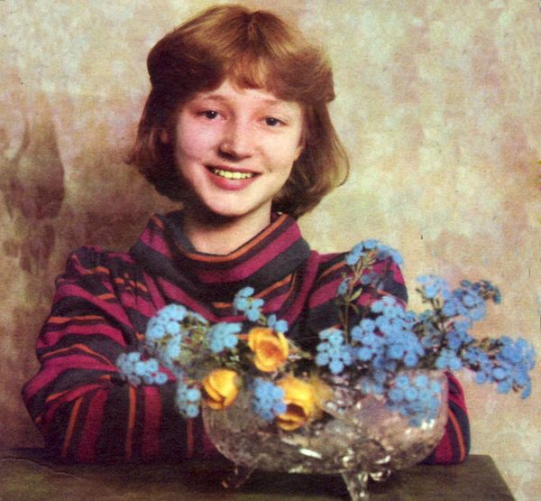 Юная Кристина с цветами