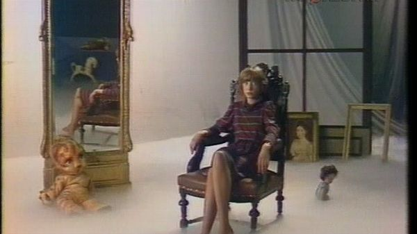 Кристина сидит в кресле