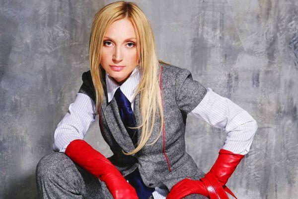 Кристина в красных перчатках