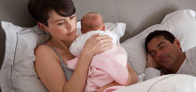 Женщина успокаивает ребенка