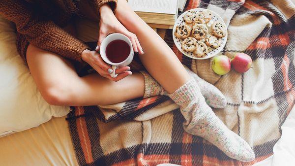 Женщина с чаем и книгой