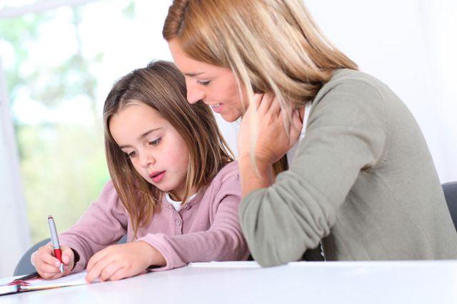 Мама помогает делать уроки