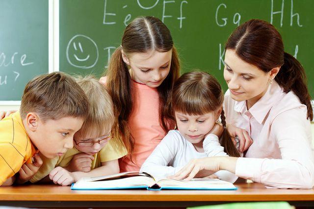 Учительница помогает делать уроки