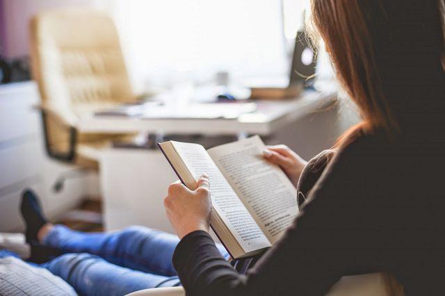 Женщина читает о воспитании