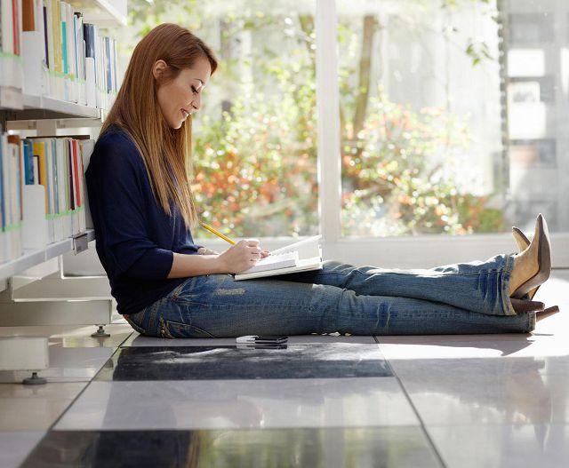 Девушка читает на полу