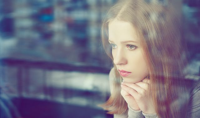 Девушка грустит