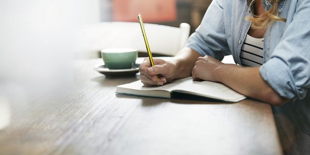 Женщина ведет дневник