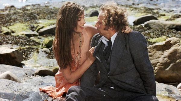 Женщина с мужчиной на берегу