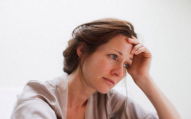 Женщина грустит