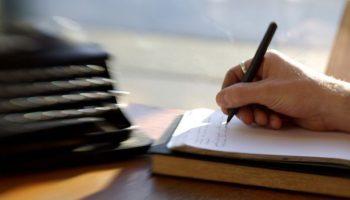 Женщина пишет в дневнике