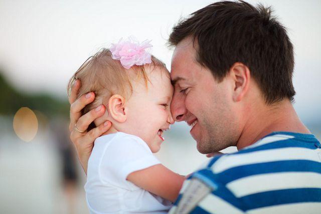 Счастливый папа с дочкой