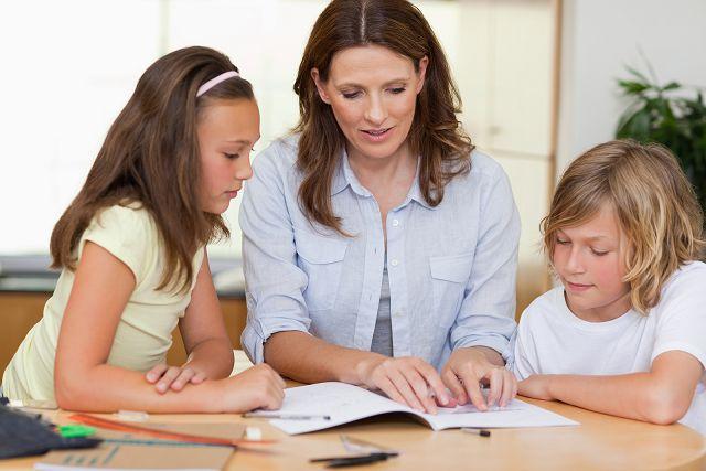 Мама помогает детям с поделками