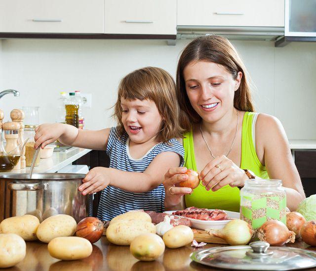 Мама готовит с дочкой